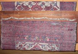 alfombra baluch cortando los flecos viejos