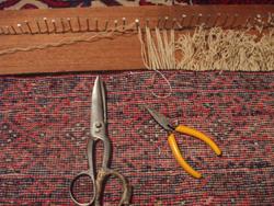 alfombra baluch durante la renovación de flecos de lana