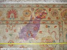 mancha de vino en una alfombra pakistani zigler antes de limpieza