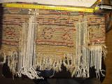alfombra turca durante restauración, restablecidas las urdimbre y la tramas, el paso sucesivo es anudar