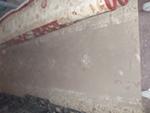 quitando polvo a una alfombra oriental
